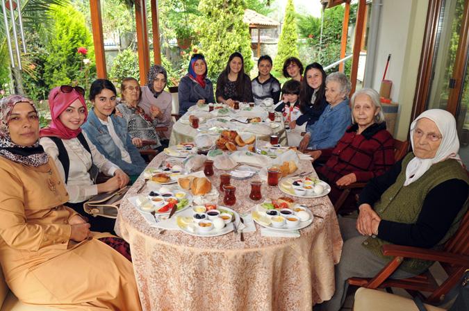 Gönül Elleri, Anneler Günü'nü Yaşlı Bakım Merkezi'nde Kutladı