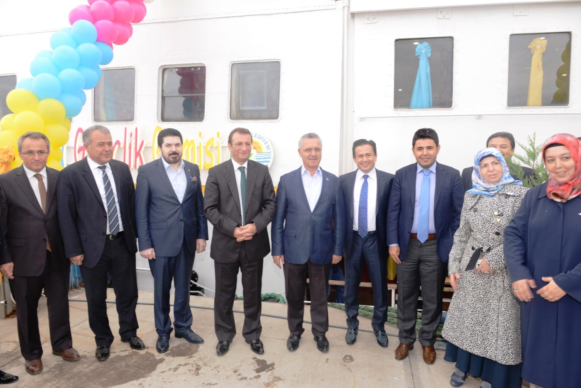 AK Partili Belediye Başkanı, bir CHP'liye plaket veriyor!