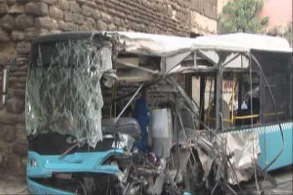 Halk otobüsü binaya çarptı, 20 yaralı